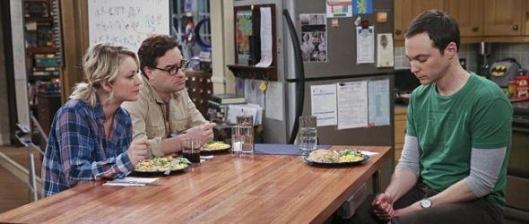 Leonard und Penny hören Sheldon zu