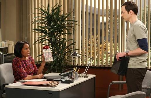 Sheldon im Büro von Mrs Davis