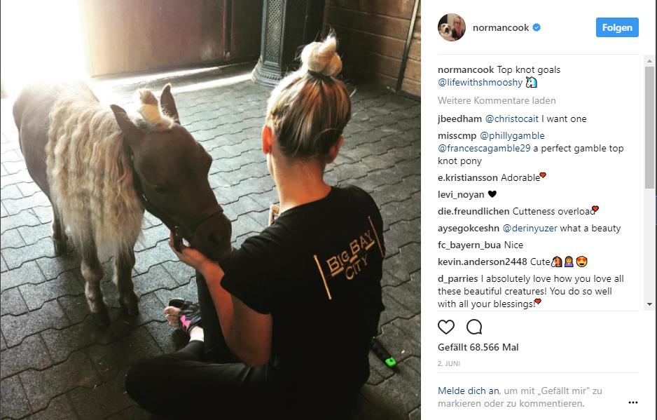 Kaley Cuoco mit einem Pony