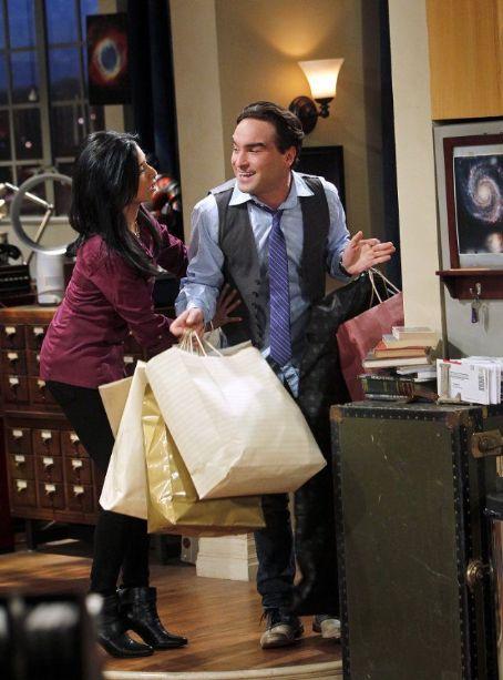 Priya und Leonard nach dem Shoppen