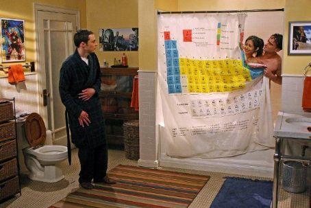 Priya und Leonard im Bad mit Sheldon