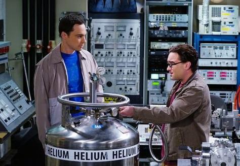 Leonard und Sheldon im Labor mit einem Helium-Tank