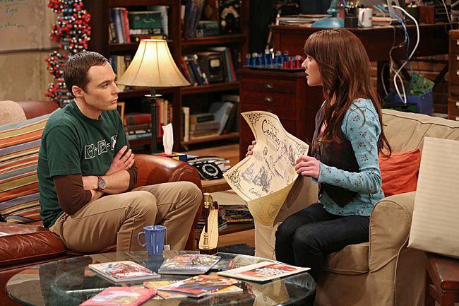 Alex stellt Sheldon ihre Geschenkvorschläge für Amy vor