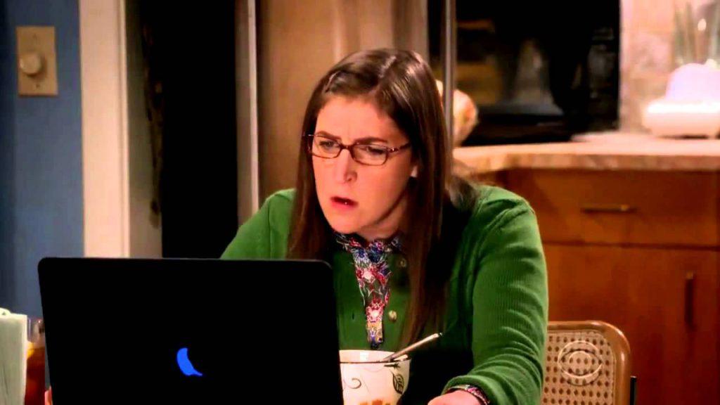 Amy vor ihrem Laptop
