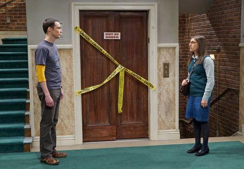 Sheldon und Amy treffen im Hausflur aufeinander