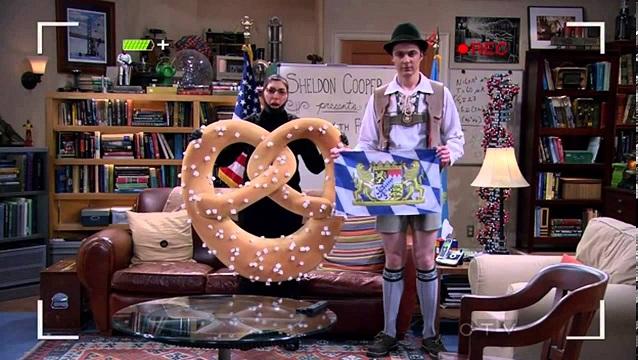 Sheldon in Lederhose und Amy als Brezel in Fun with Flags