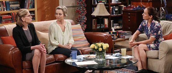 Penny zwischen den Müttern von Sheldon und Leonard