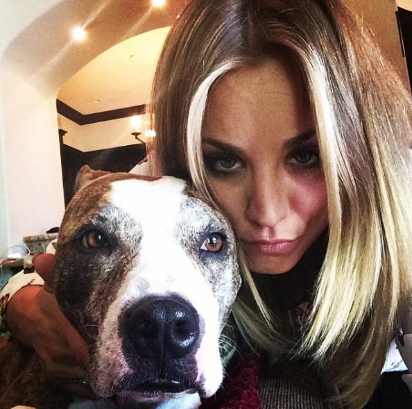 Kaley Cuoco mit ihrem Hund