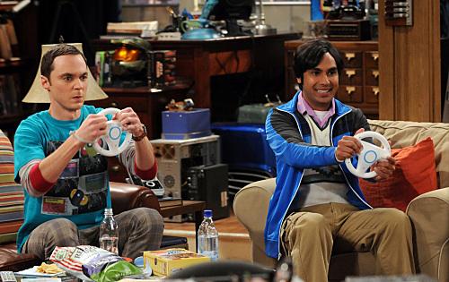 Raj und Sheldon spielen ein Rennspiel