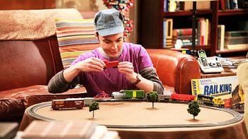 Sheldon spielt mit der Eisenbahn