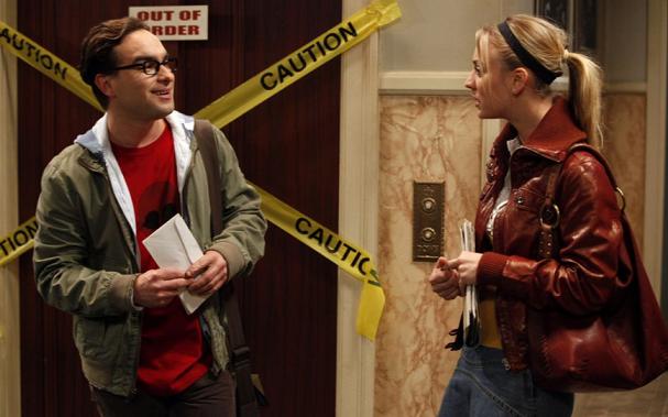 Leonard und Penny reden im Gang