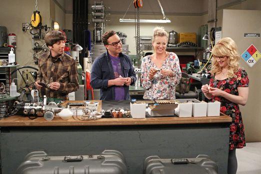Penny und Bernadette besuchen ihre Männer an der Universität
