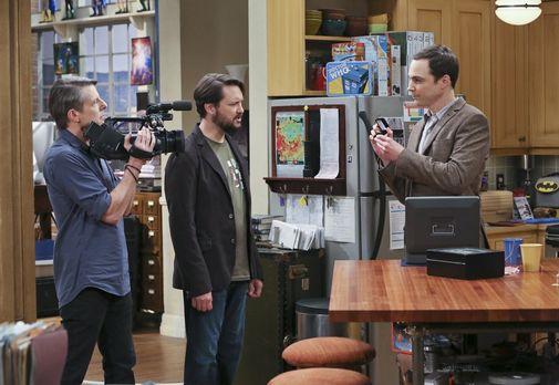 Sheldon zeigt dem Kamerateam einen Ring