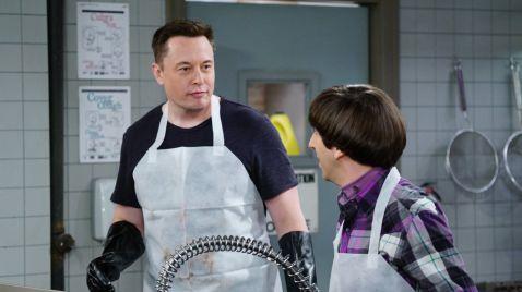 Elon Musk und Howard beim Teller abwaschen