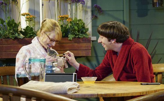 Howard und Bernadette pflegen den kleinen Hasen